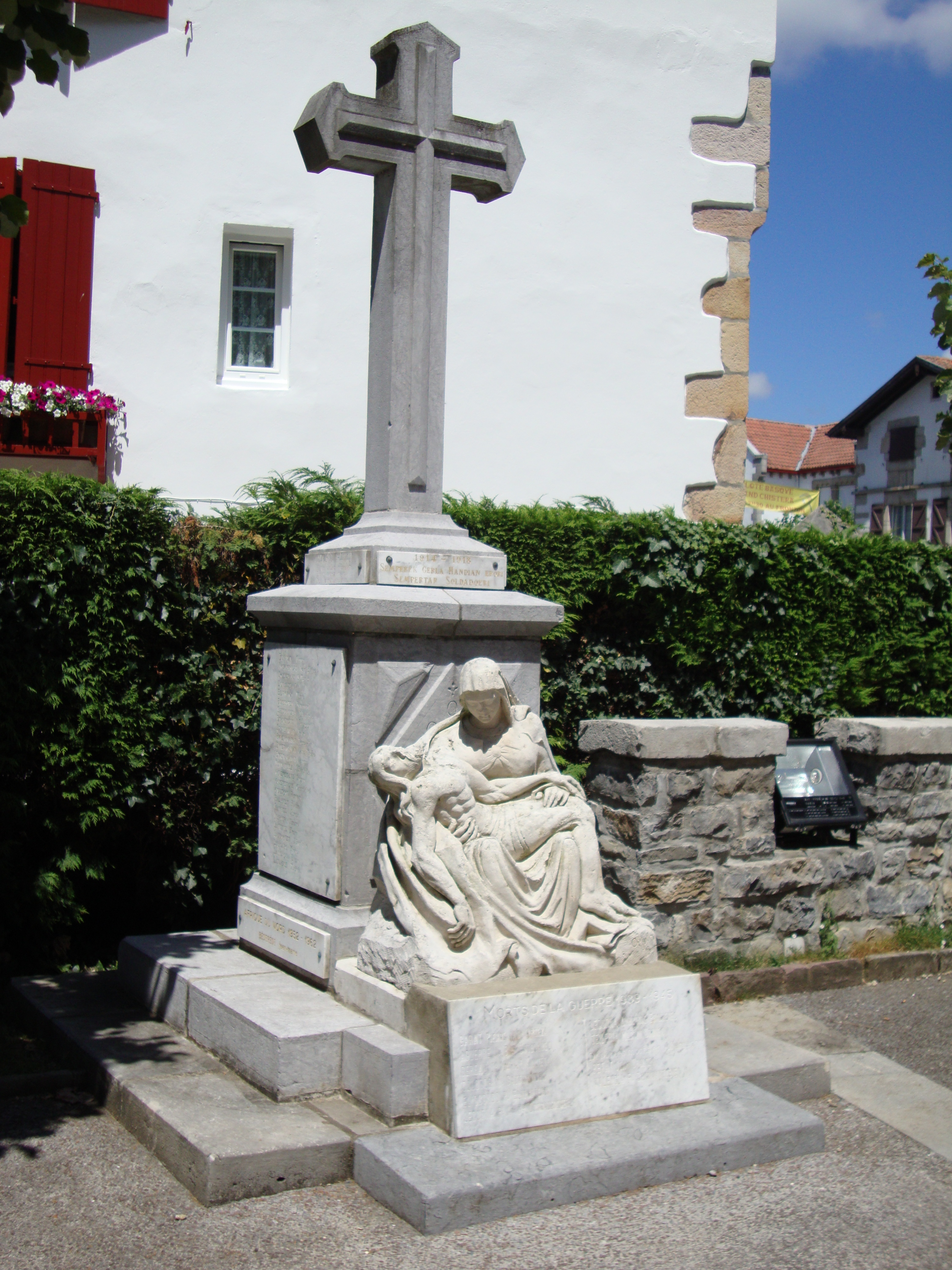 Saint_Pee_monument_aux_morts.jpg